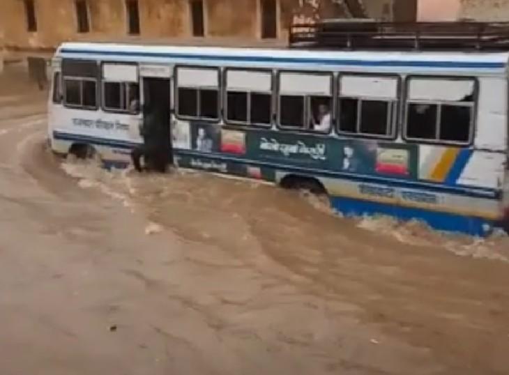 फतेहपुर में बारिश के बाद भरा पानी।