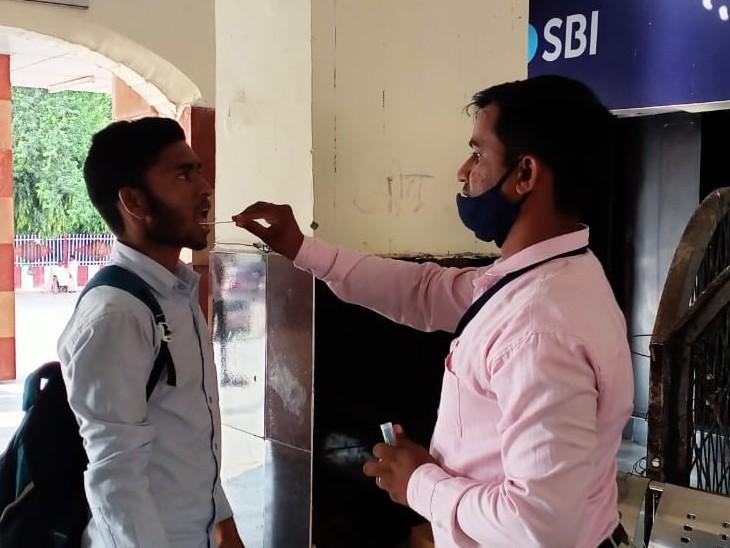 संभावित तीसरी लहर को लेकर प्रशासन सतर्क,रेलवे स्टेशन पर अन्य राज्यों से आ रहे लोगों के ले रहे सैम्पल,यात्रियों की जानकारी लेकर ही भेजा जा रहा|गंगापुर सिटी,Gangapur City - Dainik Bhaskar