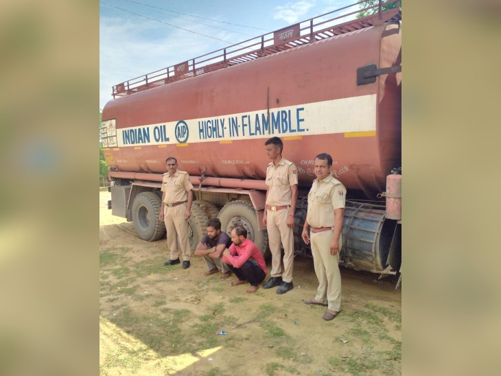चालक ने टैंकर में पानी भरा होना बताया,पुलिस ने ढक्कन खोलकर देखा तो अवैध डीजल मिला,कीमत करीब साढ़े तीन लाख रुपए|चूरू,Churu - Dainik Bhaskar