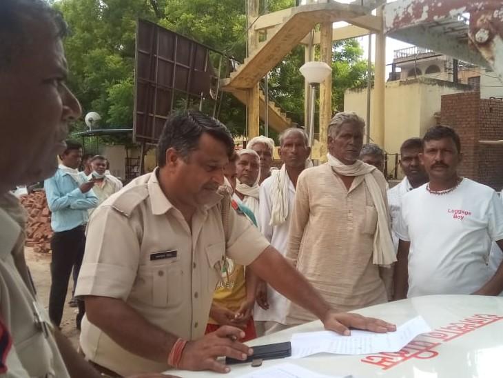 परिजनों की रिपोर्ट दर्ज करती पुलिस। - Dainik Bhaskar