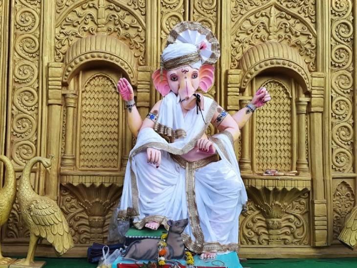विदिशा के रामलीला मार्ग पर विराजमान हैं नदीपुरा के राजा। श्वेत वस्त्र में गणेश जी का दिव्य स्वरूप सबका मन मोह रही है। यह झांकी पिछले 15 सालों से लगाई जा रही है। - Dainik Bhaskar