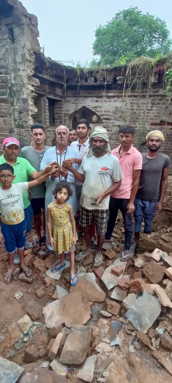 जमीन के नीचे दबे थे, कई फुट लंबे और लोहे की नोक है; गांव कंवाली में चल रही 100 साल पुरानी हवेली में खुदाई|रेवाड़ी,Rewari - Dainik Bhaskar