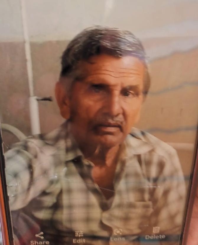 मेरठ के भराला गांव के रहने वालेविजयपाल चौधरी (70) के परिवार में पत्नी सरला (60)तीन बेटी और दो बेटे हैं। तीनों बेटियों की शादी हो चुकी है। - Dainik Bhaskar
