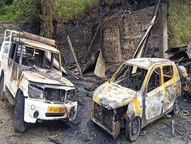 आग लगने के बाद जलकर राख हुए वाहन।