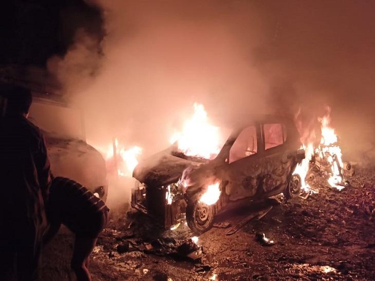 कुल्लू में आग लगने से जलते वाहन।
