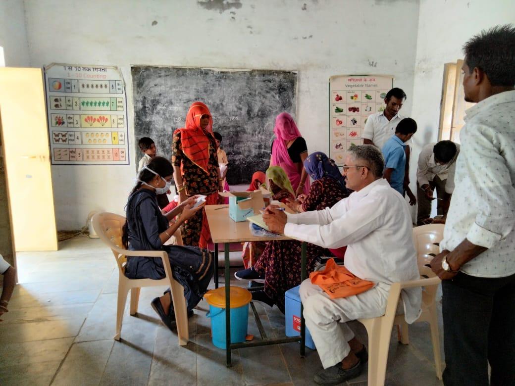 बाड़मेर में 1038 सेंटर पर कोरोना वैक्सीनेशन, ग्रामीण इलाकों में लोगों में दिखा उत्साह, एक दिन में सवा लाख वैक्सीन लगाने का था टारगेट|बाड़मेर,Barmer - Dainik Bhaskar