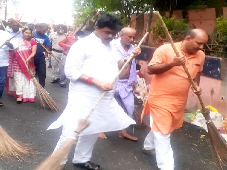 गया में निगम कर्मियों की हड़ताल से शहर की स्थिति बदतर, प्रशासन ने चमचमाती सड़कों पर चलाया सफाई अभियान गया,Gaya - Dainik Bhaskar