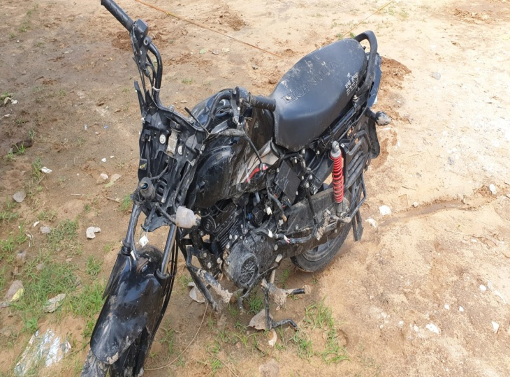 सिपाही की क्षतिग्रस्त बाइक।