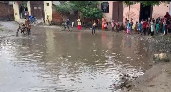 गंदे पानी व कीचड़ से होकर स्कूल जाते बच्चे - Dainik Bhaskar