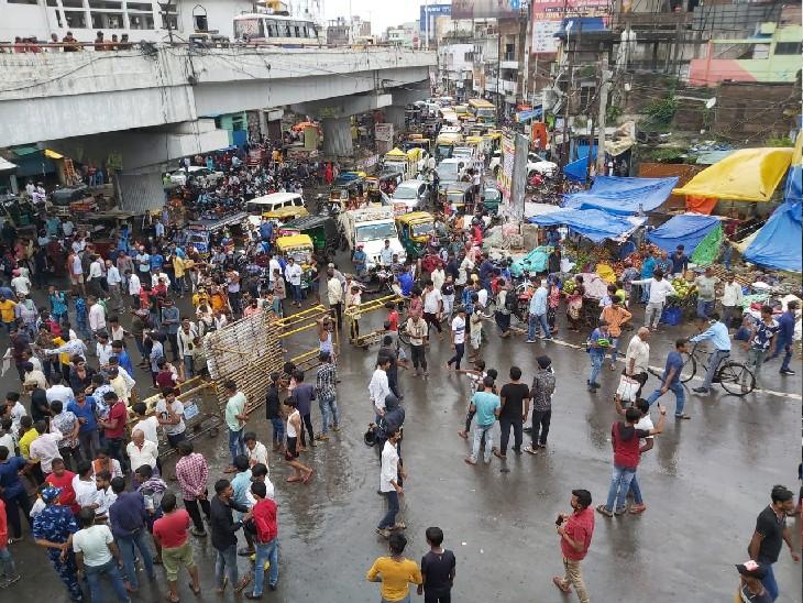 खटाल में लगाई गई आग और मवेशियों के मौत मामले को लेकर चिड़ैयाटांड़ इलाके में किया रोड जाम, 1 घंटे तक फंसी रही गाड़ियां पटना,Patna - Dainik Bhaskar