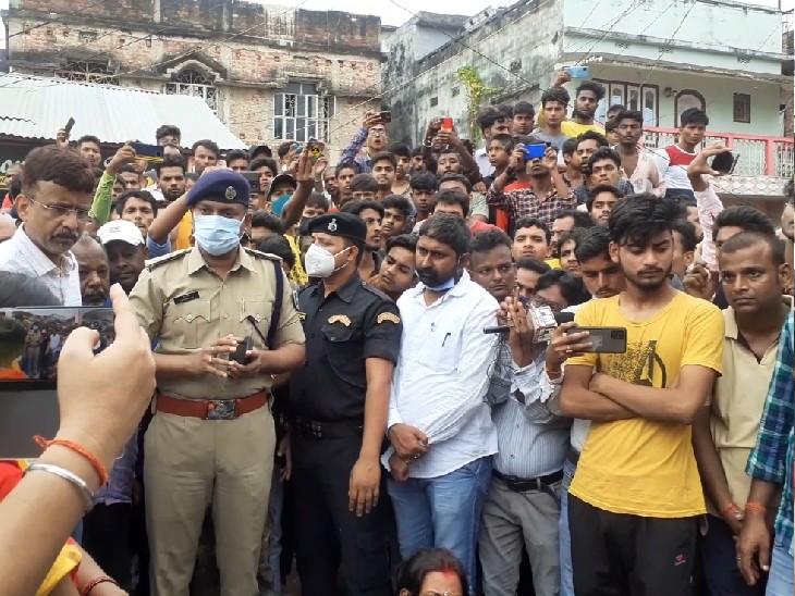 पूर्णिया में छत पर सिगरेट पी रहे नशेड़ियों को टोका तो मारपीट करने आ धमके, समझाने गया तो सीने में चाकू घोंप मार डाला; विरोध में बवाल|बिहार,Bihar - Dainik Bhaskar