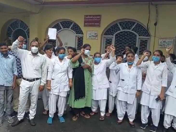 नर्सों ने कलक्ट्रेट पर प्रदर्शन कर DM को दिया ज्ञापन, आउटसोर्सिंग पर रखे लैब टेक्नीशियनों को भी वेतन नहीं|मुरादाबाद,Moradabad - Dainik Bhaskar