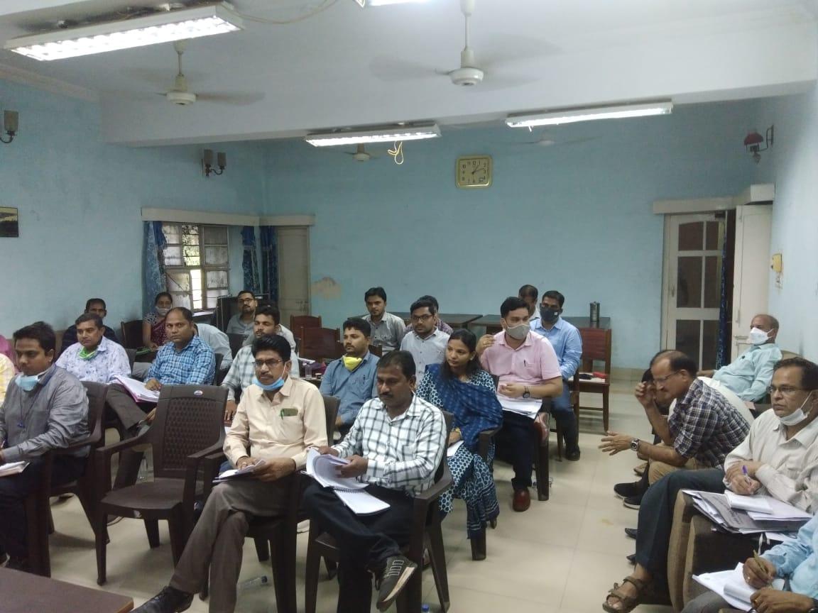 अजमेर डिस्कॉम के जोनल चीफ इंजीनियर यहां पहुंचे, रिव्यू मीटिंग लेकर दिए टारगेट, लोसेस कम करने को कहा, कुसुम योजना की तैयारी जानी|बांसवाड़ा,Banswara - Dainik Bhaskar