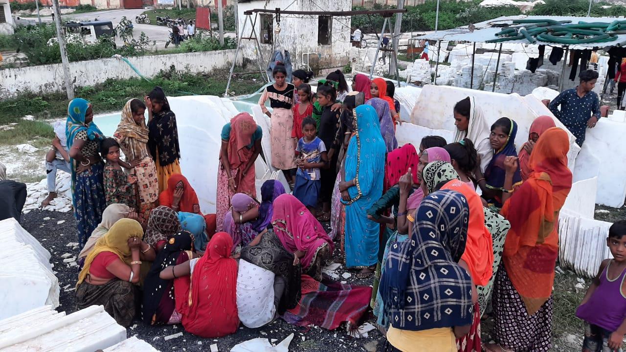 पीपलवा इंडस्ट्रीज क्षेत्र की सेतु मार्बल में मजदूर के शव के समीप विलाप करता परिवार। - Dainik Bhaskar