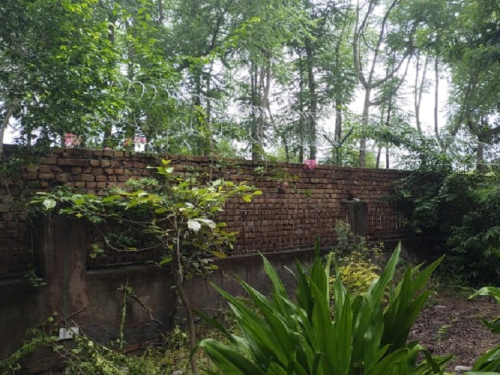 आश्रम की दीवार, जिसे फांदकर दोनों लड़कियां भाग गईं। - Dainik Bhaskar