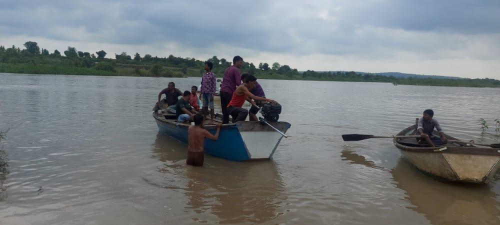 हादसे के बाद अमरावती की वर्धा नदी पर रेस्क्यू ऑपरेशन चलाते बचावकर्मी।