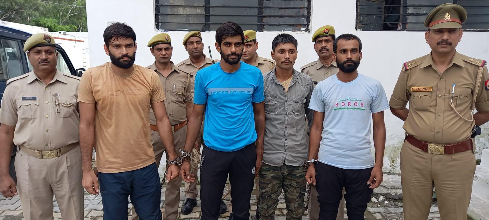 पुलिस लाइन में सरूरपुर पुलिस के साथ हिमांशु की  हत्या करने वाले चारों दोस्त - Dainik Bhaskar