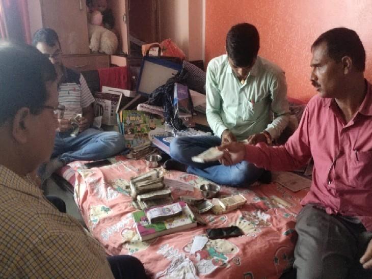 गोसाईं टोला इलाके के नित्यानंद इन्क्लेव अपार्टमेंट के फ्लैट नंबर 403 में छापेमारी करती विजिलेंस की टीम। - Dainik Bhaskar