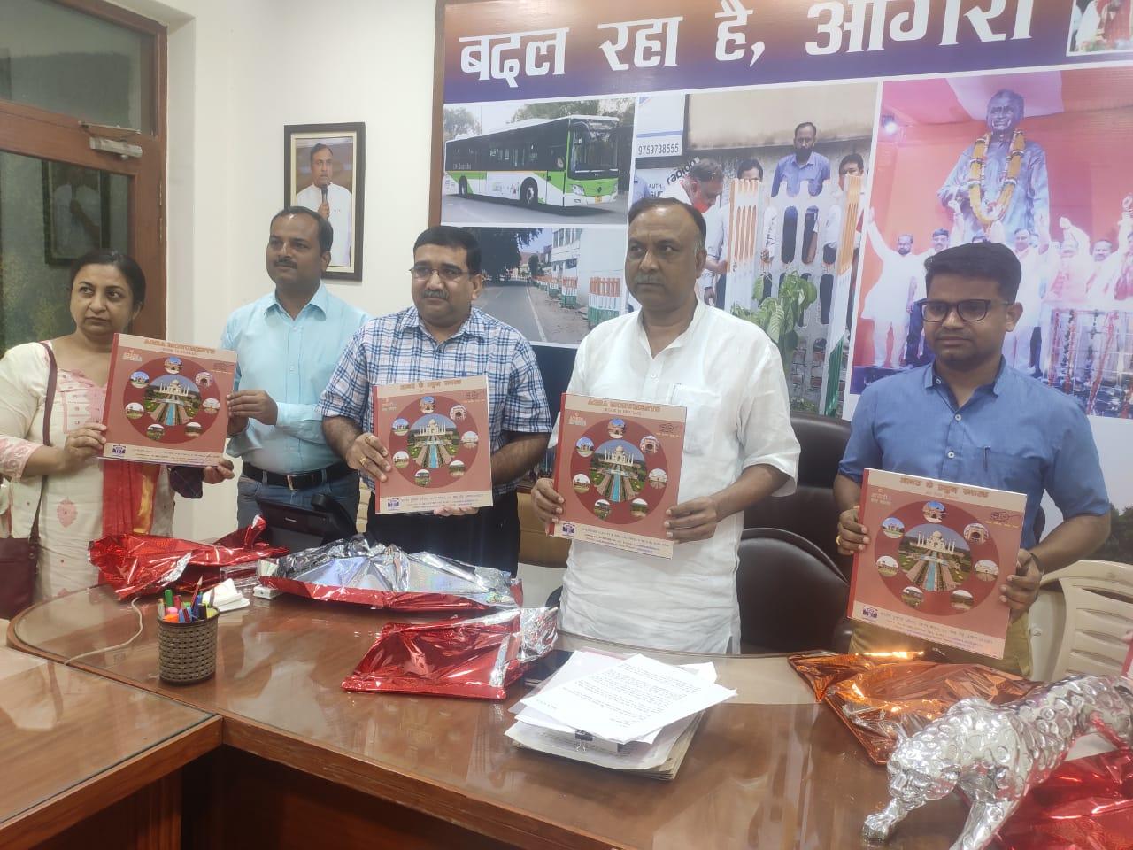 ताजमहल समेत आगरा के 15 स्मारकों का इतिहास ब्रेल लिपि के माध्यम से जान सकेंगे, मेयर ने किया पुस्तक का विमोचन आगरा,Agra - Dainik Bhaskar