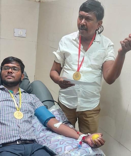 एक मैसेज पर डेंगू पीड़ितों के लिए प्लेटलेट्स डोनेट करने पहुंच रहे लोग, किसी ने 45 तो किसी ने 18 बार निभाया फर्ज आगरा,Agra - Dainik Bhaskar