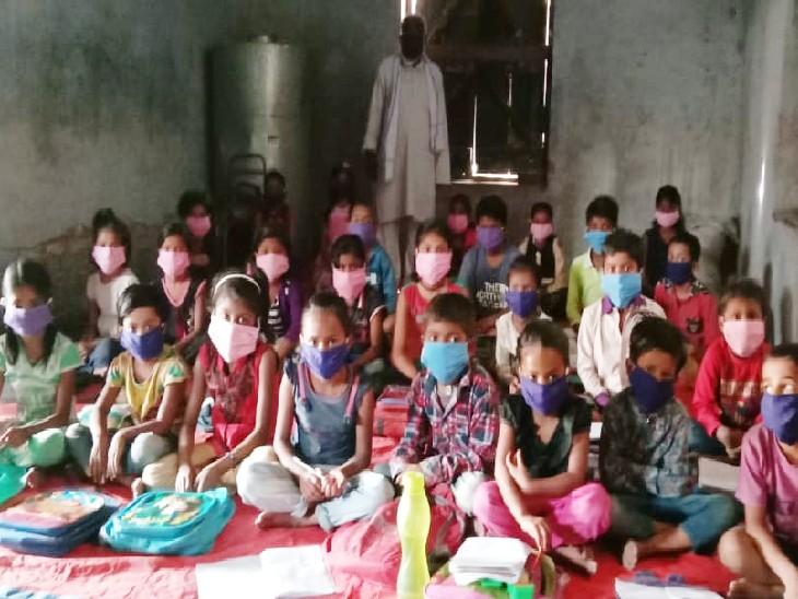 जान जोखिम में डालकर शहरी क्षेत्र के बच्चे प्राथमिक विद्यालय में पढ़ने को मजबूर, दरकी दीवारें, क्षतिग्रस्त भवन में पढ़ रहे बच्चे|मुजफ्फरपुर,Muzaffarpur - Dainik Bhaskar