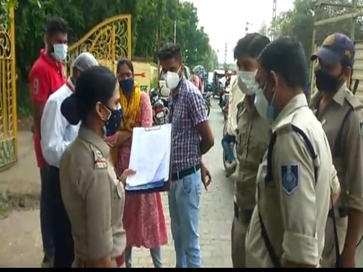 पुलिस की मौजूदगी में शव को बाहर निकाला गया।