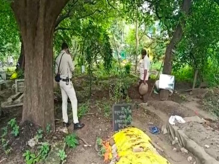 कब्र के पास खड़े होकर पुलिस करती रही फोटोग्राफी।