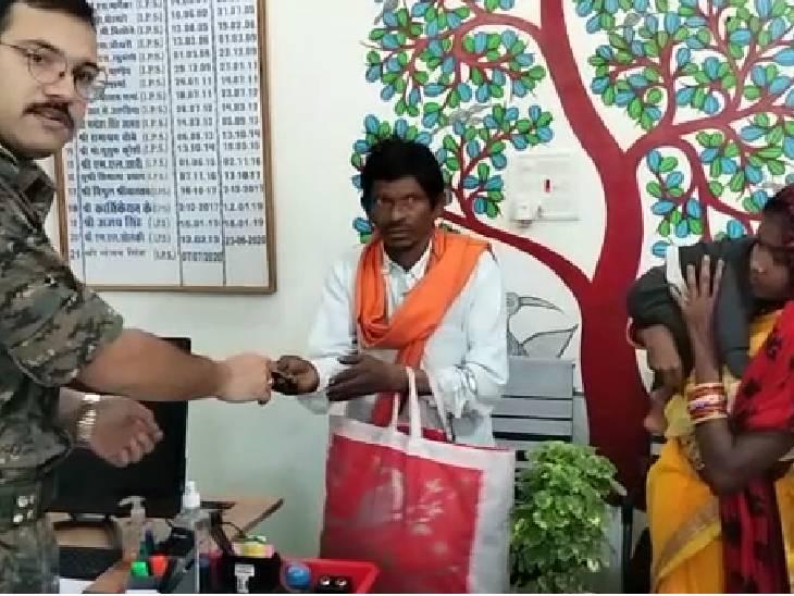 कोरोना से मृत हुए युवक की पत्नी को दी आर्थिक सहायता|जबलपुर,Jabalpur - Dainik Bhaskar