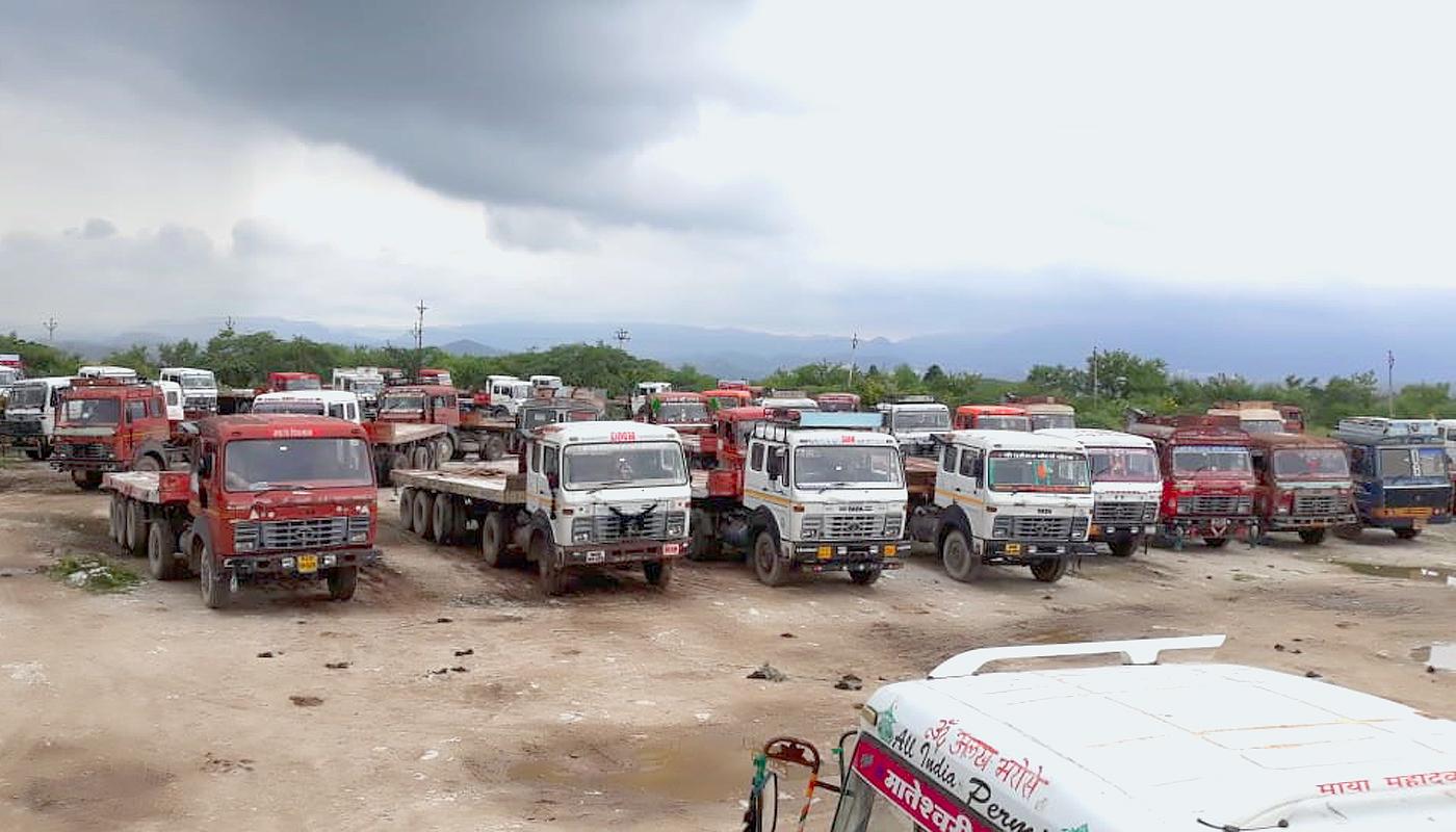 हड़ताल के चलते खड़े ट्रक।
