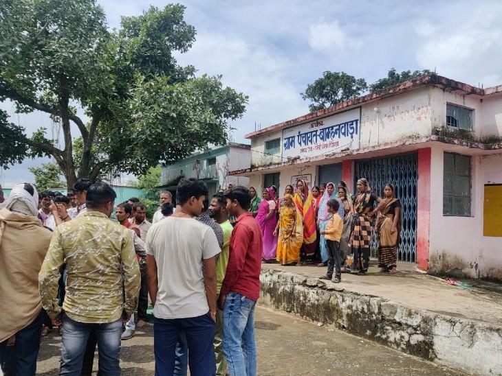 बाम्हनवाड़ा पंचायत भवन के सामने इकठा हुए ग्रामीण