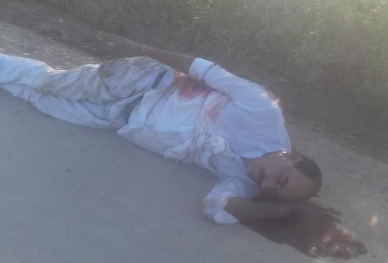 गोली लगने के बाद सड़क पर गिरे हुए पिकअप चालक। - Dainik Bhaskar