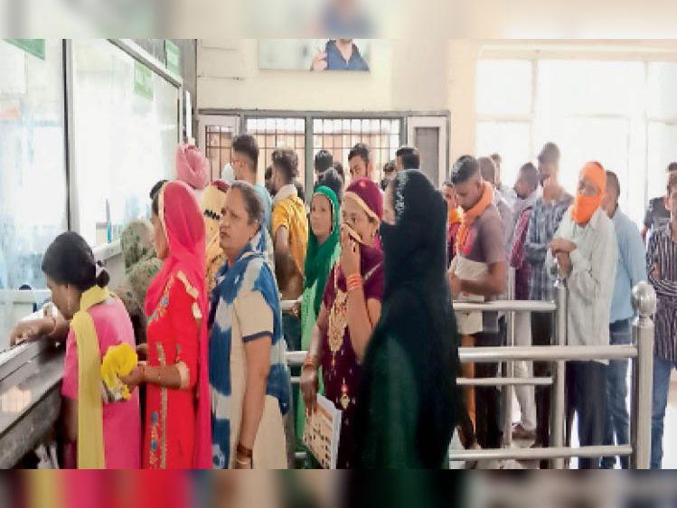 कैथल  जिला अस्पताल में 12 बजे के बाद भी ओपीडी रजिस्ट्रेशन काउंटर पर लगी मरीजों की भीड़। - Dainik Bhaskar