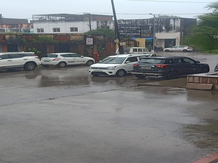 आजमगढ़ जिले में हो रही बारिश से अस्त-व्यस्त जनजीवन। - Dainik Bhaskar