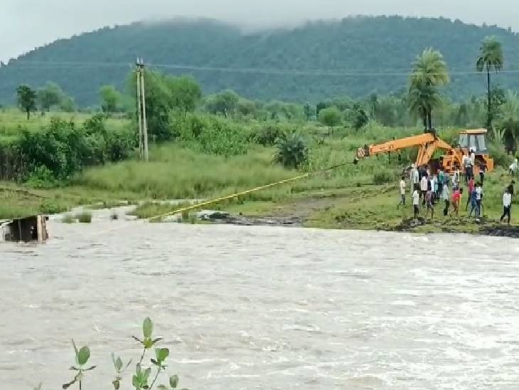 उफनती नदी के पुल से 4 फीट ऊपर से बह रहा था पानी, पिकअप सहित नदी में चला गया ड्राइवर, लोगों ने बचाया|जबलपुर,Jabalpur - Dainik Bhaskar