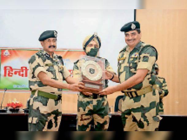 हिंदी दिवस समारोह में बीएसएफ अकादमी में राजभाषा शील्ड देते हुए अधिकारी। - Dainik Bhaskar