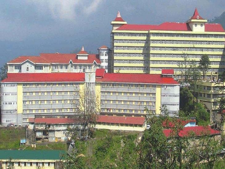 IGMC अस्पताल, जिसमें सफाई कर्मी स्वास्थ्य महिला कर्मी का वीडियो बनाते हुए पकड़ा गया। - Dainik Bhaskar