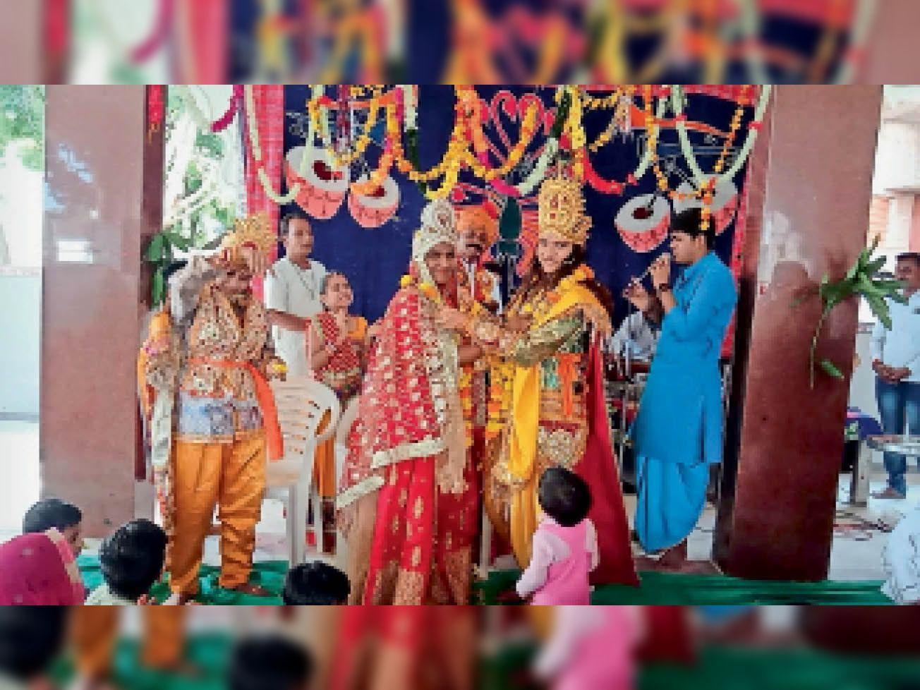 कृष्ण-रुक्मिणी विवाह प्रसंग की प्रस्तुति देते हुए कलाकार। - Dainik Bhaskar