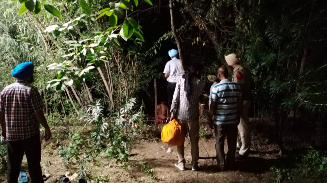 नहर के पास झाड़ियों में सर्च करती पुलिस। - Dainik Bhaskar