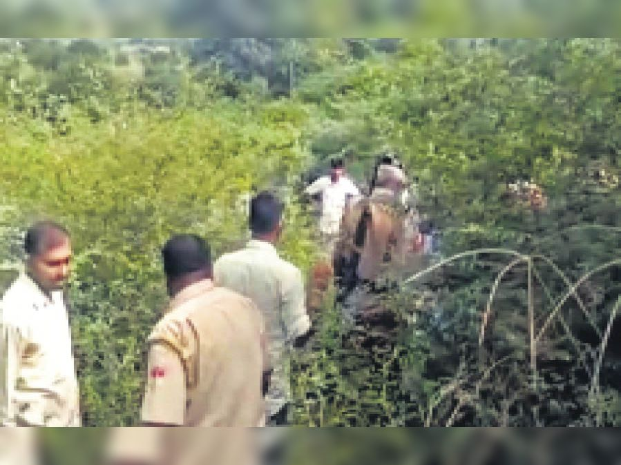 युवती की तलाश करती पुलिस व वन विभाग के कर्मचारी। - Dainik Bhaskar