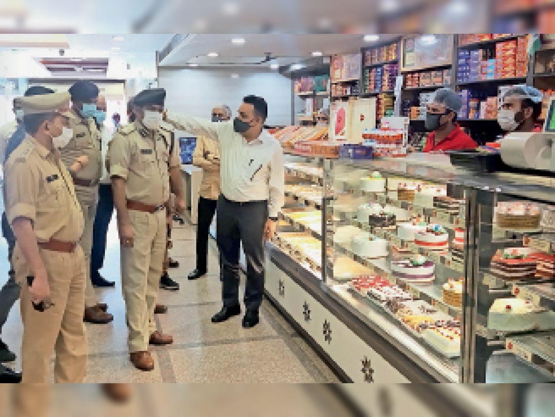 हरीश बेकरी में घटनास्थल का मुआयना करते समय प्रबंधन से जानकारी लेते आईजी। - Dainik Bhaskar