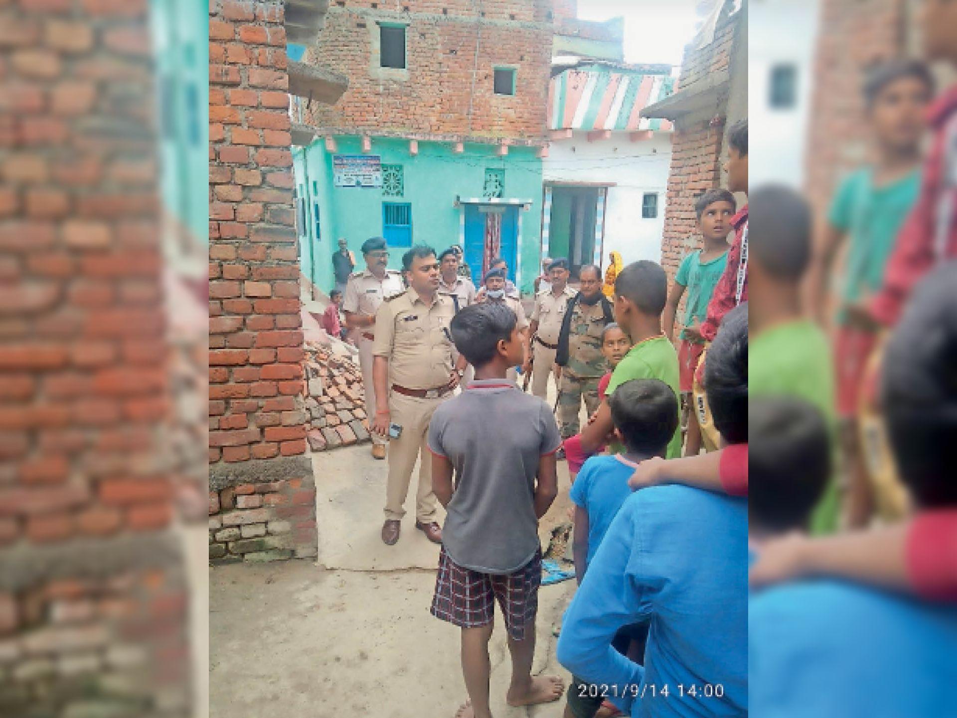 जेठवार गांव में महिला के मौत के बाद जांच में जुटी पुलिस। - Dainik Bhaskar