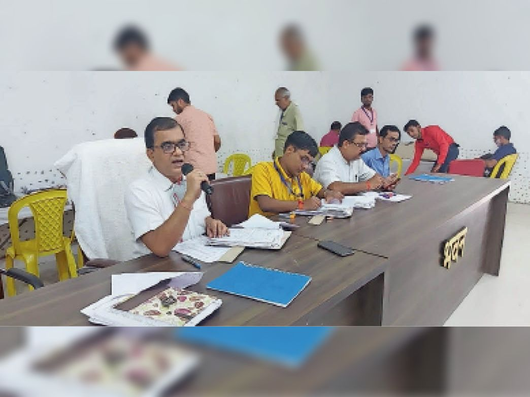 पीरो के शहीद भवन में संवि़क्षा में हिस्सा लेते बीडीओ व अन्य - Dainik Bhaskar