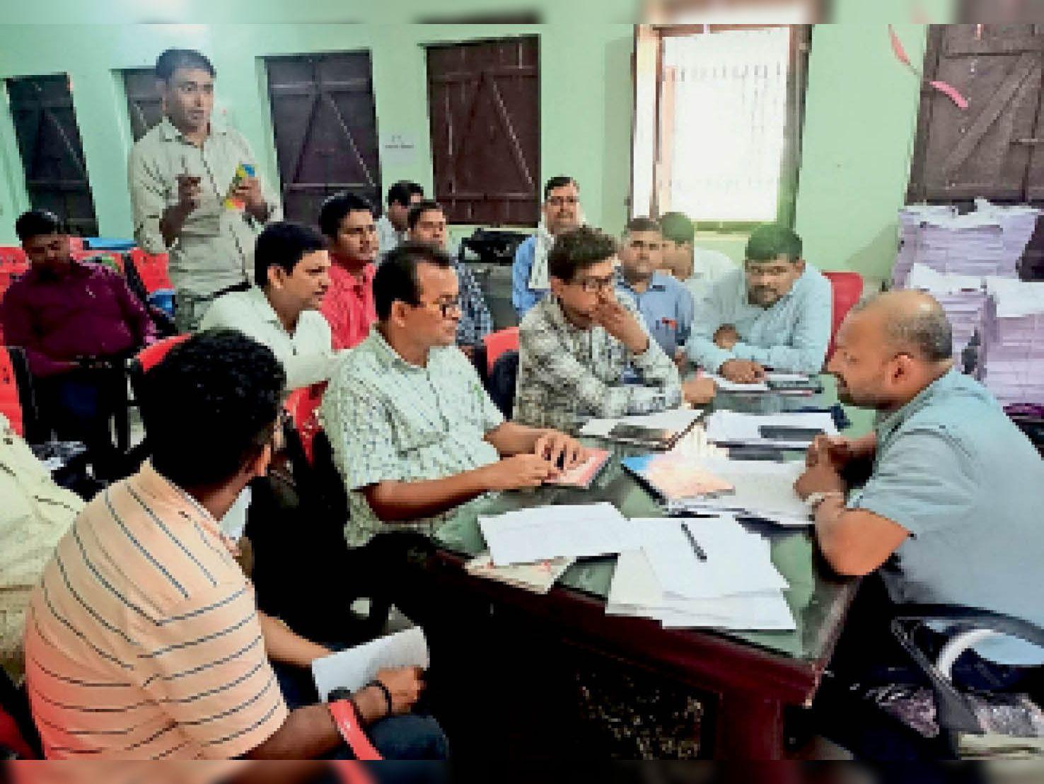 शाहपुर में सेक्टर मजिस्ट्रेटों के साथ बैठक करते बीडीओ। - Dainik Bhaskar