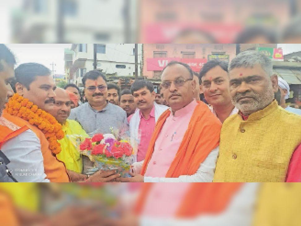 दाउदनगर में मंत्री जनक राम का स्वागत करते कार्यकर्ता। - Dainik Bhaskar