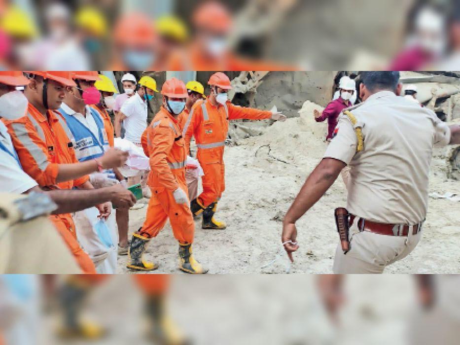 छबड़ा. मोतीपुरा स्थित थर्मल पावर प्लांट की ईएसपी गिरने से दबे श्रमिक का शव लेकर जाती रेस्क्यू टीम।   फोटो: नितेश यादव - Dainik Bhaskar