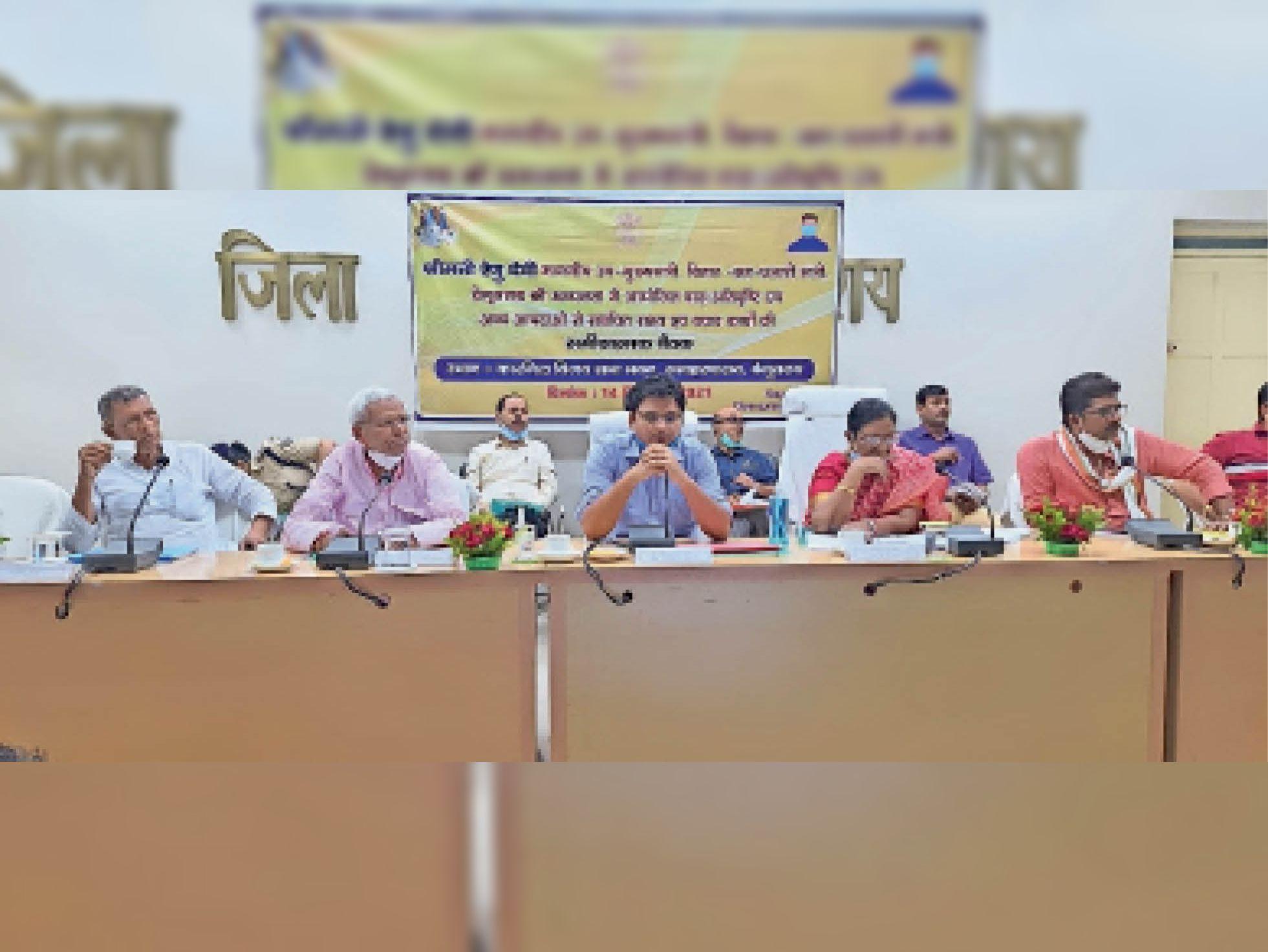 बैठक में मौजूद उपमुख्यमंत्री रेणु देवी व अन्य। - Dainik Bhaskar