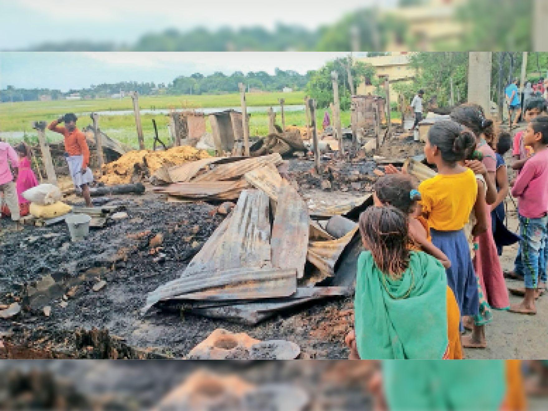बछवाड़ा के कदराबाद पंचायत के हादीपुर गांव में बिजली शॉर्ट शर्किट से जले घर। - Dainik Bhaskar