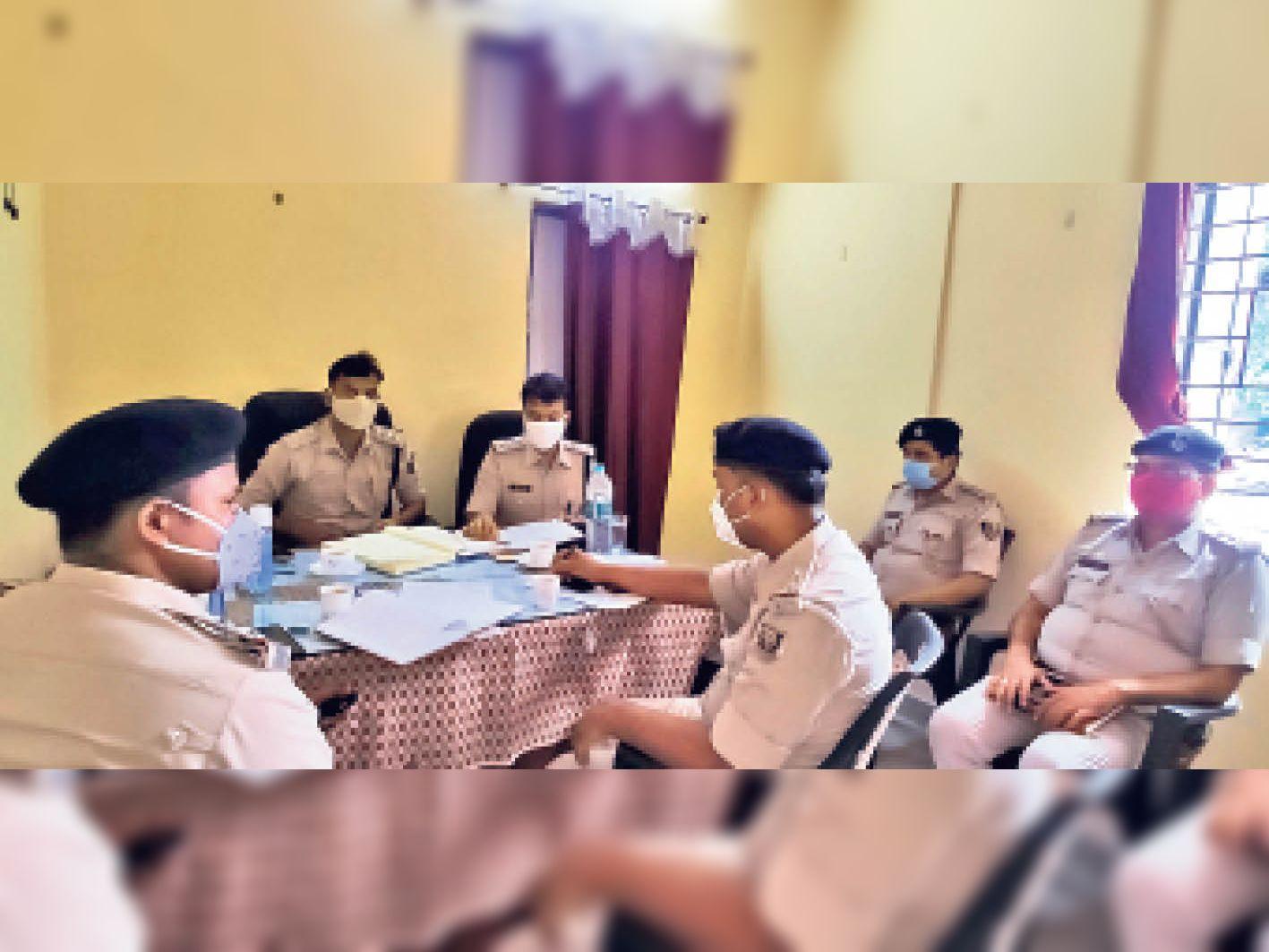 साहेबपुरकमाल में आगामी पंचायत चुनाव को लेकर बैठक करते खगड़िया सदर व बलिया अनुमंडल पुलिस। - Dainik Bhaskar