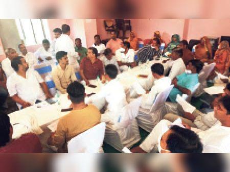 डीग. पार्षदों से ज्यादा उनके परिजन बैठक में मौजूद रहे। - Dainik Bhaskar