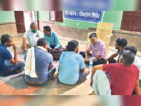 भरतपुर। शिविर में खाद्य विक्रेताओं को जानकारी देते अधिकारी। - Dainik Bhaskar